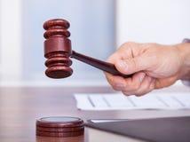 Männlicher Richter in einem Gerichtssaal Stockfotos