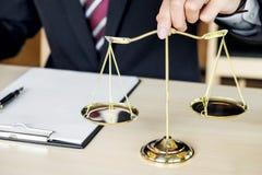 Männlicher Richter Holding Golden Weight Lizenzfreie Stockbilder
