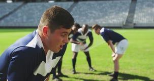 Männlicher Rugbyspieler enttäuscht nach verlierendem Match im Stadion 4k stock video