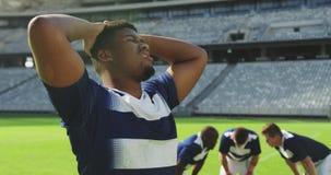 Männlicher Rugbyspieler enttäuscht nach verlierendem Match im Stadion 4k stock video footage