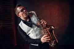 Männlicher Saxophonist, der klassischen Jazz auf Saxophon spielt stockfoto
