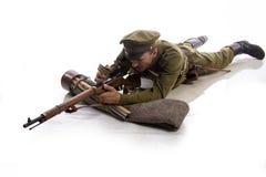 Männlicher Schauspieler in Form eines gewöhnlichen Soldaten der russischen Armee während des ersten Weltkriegs, der herein gegen  Stockbild
