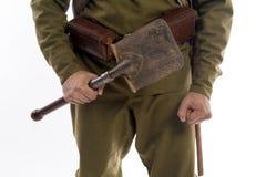 Männlicher Schauspieler in Form eines gewöhnlichen Soldaten der russischen Armee während des ersten Weltkriegs, der herein gegen  Stockfotografie