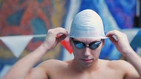 Männlicher Schwimmer Wears ein Hut für das Schwimmen stock video footage