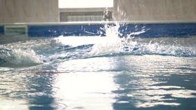 Männlicher Schwimmerschwimmen-Schmetterlingsanschlag in einem Swimmingpool Schwimmenmannozean Malediven-Dunkelheitswolken stock footage