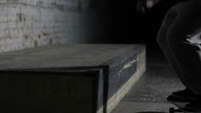 Männlicher Skateboardfahrer, der eine Bremsung auf der Leiste tut stock footage