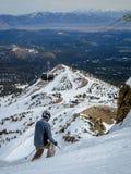Männlicher Skifahrer, der seins laufen gelassen an Mammoth- Mountaingipfel beginnt lizenzfreies stockbild
