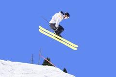 Männlicher Skifahrer in einer Luft lizenzfreie stockfotos