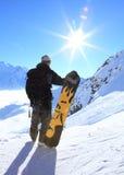 Männlicher Snowboarder auf die Oberseite Lizenzfreies Stockfoto