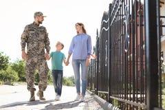 Männlicher Soldat mit seiner Familie draußen Militärdienst stockfoto