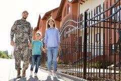 Männlicher Soldat mit seiner Familie draußen Militärdienst lizenzfreies stockfoto