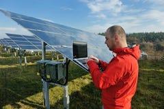 Männlicher Sonnenkollektoringenieur am Arbeitsplatz Stockfotografie