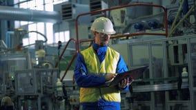 Männlicher Spezialist beobachtet Produktionsverfahren in den Betriebsvoraussetzungen stock video footage