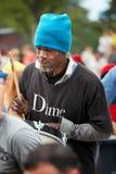 Männlicher spielender Rhythmus des Afroamerikaners auf einer Trommel an Tam Tams-Festival im Berg-königlichen Park lizenzfreie stockfotografie