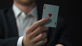 Männlicher Spieler, der As vom Ärmel, Geschäftstäuschungsstrategie, Möglichkeit zu gewinnen zieht stock video footage