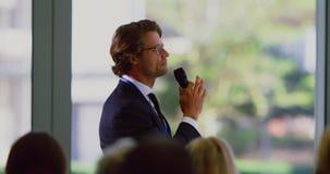 Männlicher Sprecher spricht in einem Geschäftsseminar im modernen Büro 4k stock video footage