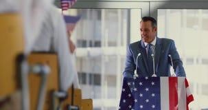 Männlicher Sprecher spricht in einem Geschäftsseminar im modernen Büro 4k stock footage