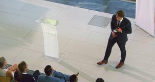Männlicher Sprecher spricht in einem Geschäftsseminar 4k stock video footage