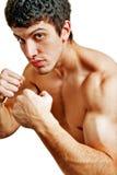 Männlicher starker muskulöser Boxer betriebsbereit zu einem Kampf lizenzfreie stockfotos