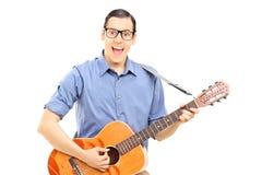 Männlicher Straßenmusiker, der Gitarre spielt Lizenzfreies Stockbild