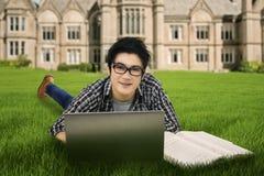 Männlicher Student, der draußen 1 studiert Stockfotografie
