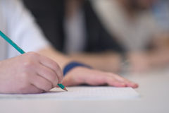 Männlicher Student, der Kenntnisse im Klassenzimmer nimmt Lizenzfreies Stockfoto