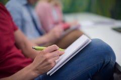 Männlicher Student, der Kenntnisse im Klassenzimmer nimmt Stockfotos