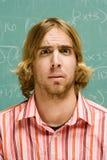 Männlicher Student, der verwirrt schaut Lizenzfreies Stockfoto