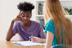 M?nnlicher Student des Afroamerikaners ben?tigt die private Anleitung lizenzfreie stockfotos