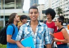 Männlicher Student des glücklichen Hippies mit Gruppe multi ethnischem jungem adul Lizenzfreie Stockfotografie