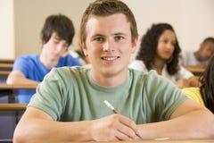 Männlicher Student in einem Hochschulvorlesungssal stockfotografie
