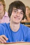 Männlicher Student in einem Hochschulvorlesungssal lizenzfreie stockfotografie