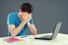 Männlicher Student Tired des Studierens stockfotografie