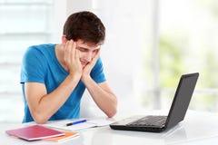 Männlicher Student Tired des Studierens lizenzfreie stockfotos