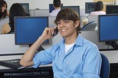 Männlicher Studenten-Communicating On Mobile-Telefon stockbild