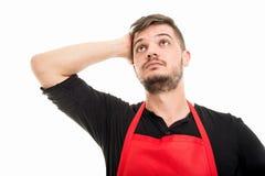 Männlicher Supermarktarbeitgeber halten Haupt wie Sein besorgt lizenzfreie stockfotografie
