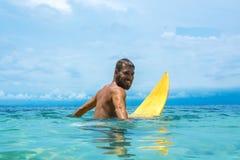 Männlicher Surfer, der auf die Welle wartet Stockfoto
