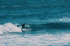 Männlicher Surfer im Ozean, Sommerhintergrundkonzept lizenzfreie stockfotografie