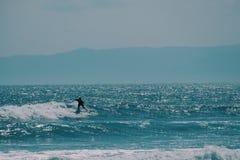 Männlicher Surfer im Ozean, Sommerhintergrundkonzept lizenzfreies stockfoto