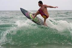 Männlicher Surfer reitet Spitze der Welle weg von Florida-Küstenlinie stockfotografie