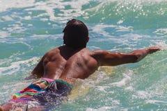 Männlicher Surfer-schaufelnder Sommer lizenzfreies stockfoto