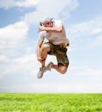 Männlicher Tänzer, der in die Luft springt Stockfotos