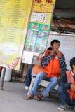 Männlicher Taxifahrer, der auf einen Kunden wartet Lizenzfreies Stockfoto