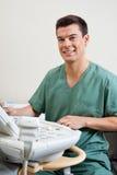 Männlicher Techniker Operating Ultrasound Machine stockbilder