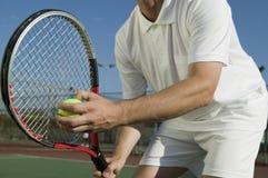 Männlicher Tennis-Spieler, der sich vorbereitet, mittlerem Abschnitt niedrige Winkelsicht zu dienen lizenzfreie stockbilder