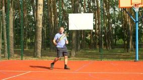 Männlicher Tennisspieler, der Rückhandschlag im Tennisspiel schlägt stock footage