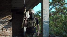 Männlicher Terrorist, der Nachfragen an der Kamera stellt stock video
