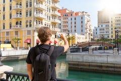 Männlicher Tourist im Qanat Quartier in Doha Stockbilder