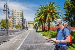 Männlicher Tourist mit einer Karte Lizenzfreie Stockbilder