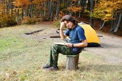 Männlicher Tourist sitzt im Lager Lizenzfreie Stockfotografie